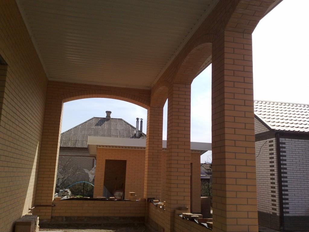Как сделать кирпичную арку между колоннами чтобы она не