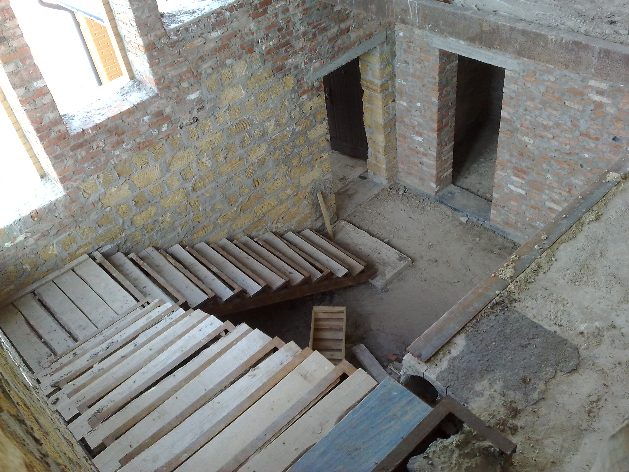 Как сделать лестницу с цокольного этажа в доме 70