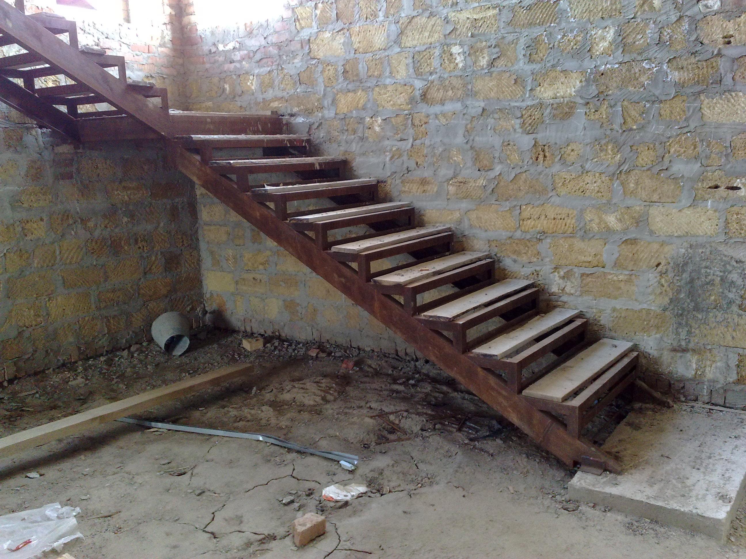 Железная лестница в подвал своими руками