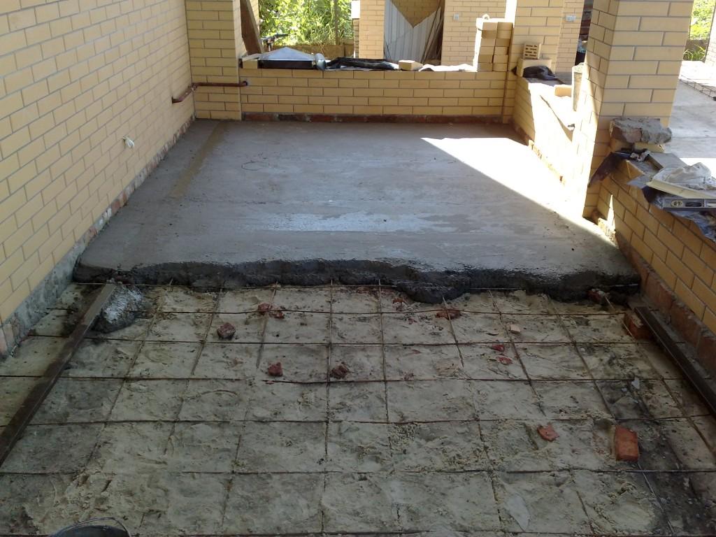 Замазываем дырку от в бетоне.