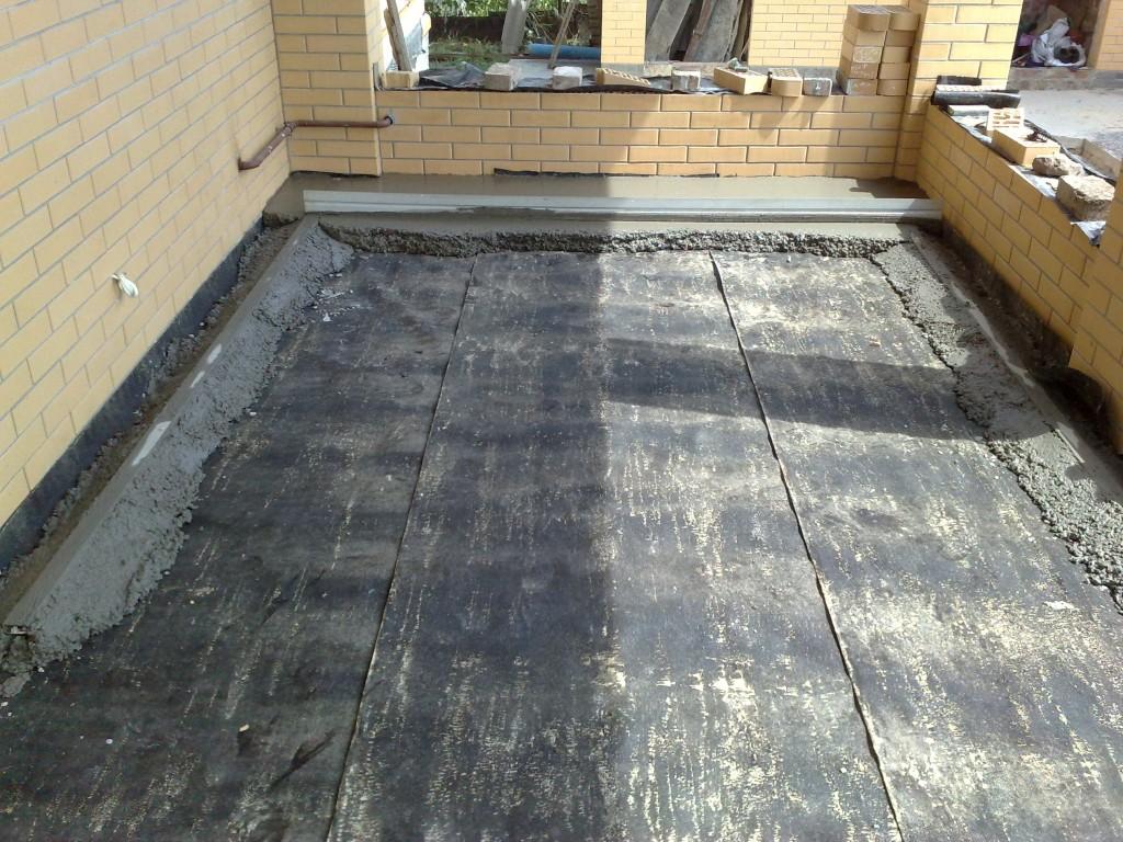 Стягиваем бетонную стяжку рейкой.