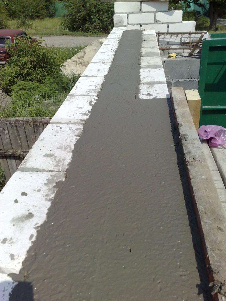 Заливаем перемычку бетоном.