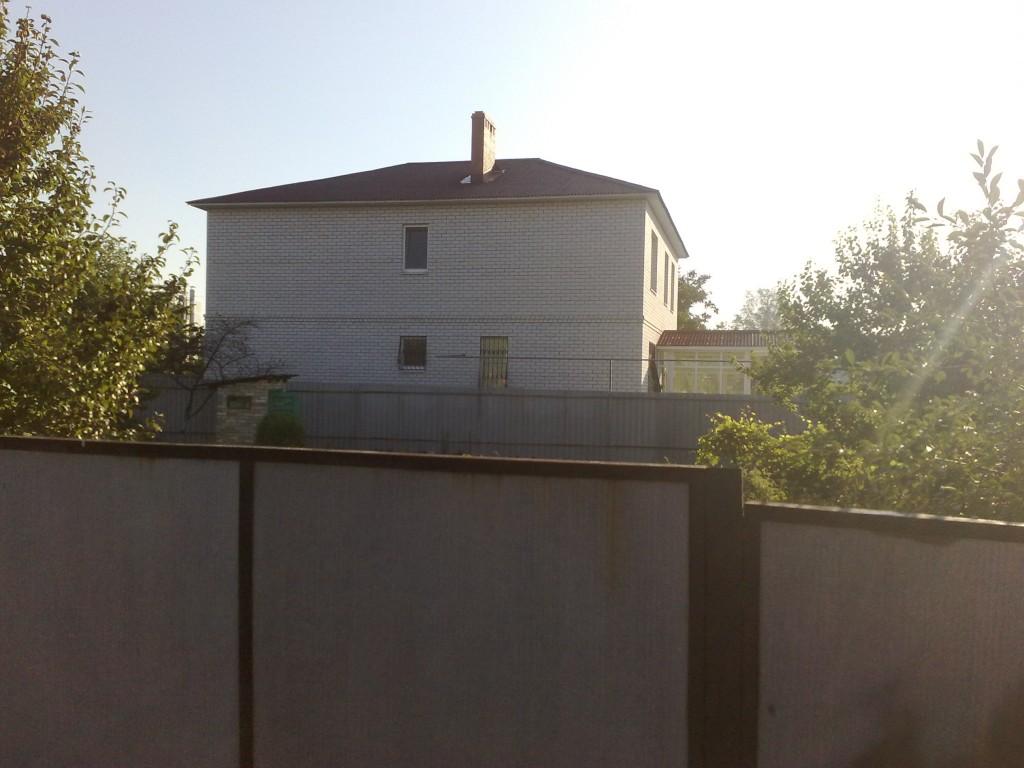 Двухэтажный дом. Вид с боку.