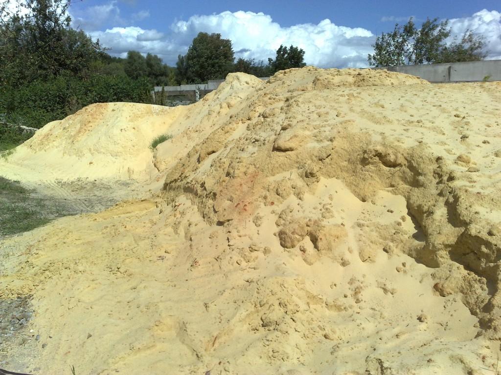 В песке много глины.
