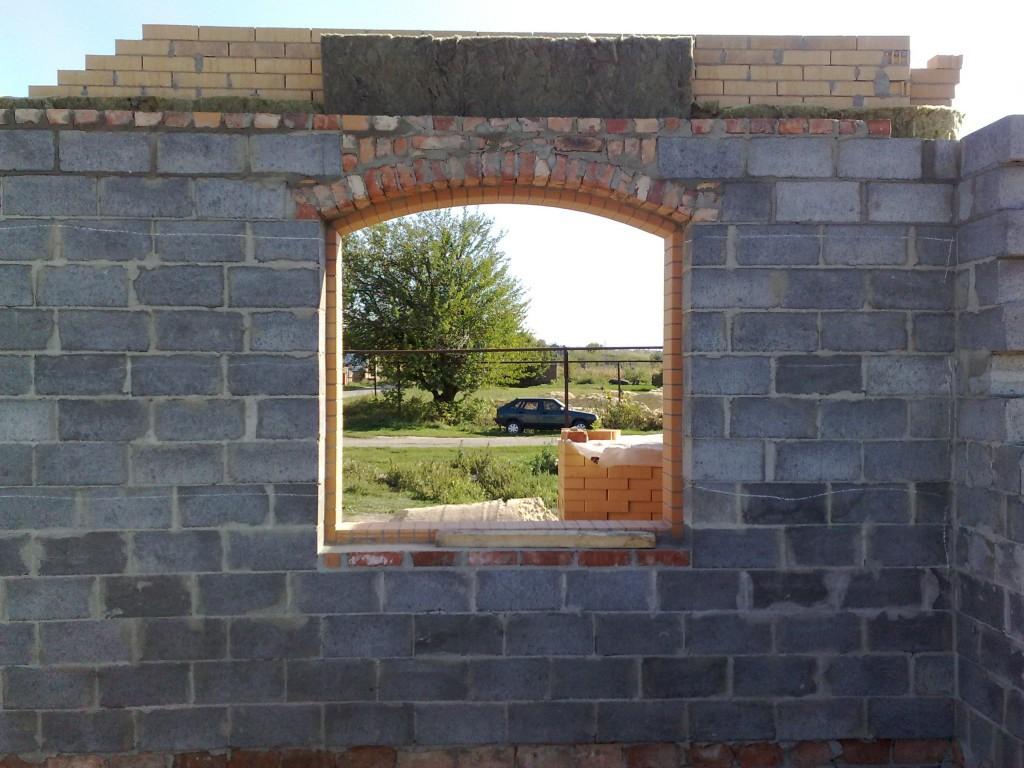 Забутовочная арка из кирпича над окном.