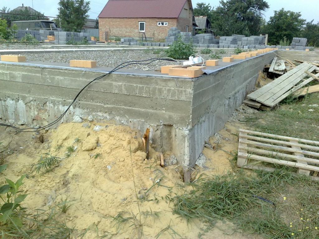 Армированный пояс по цоколю дома (по фундаментным блокам).