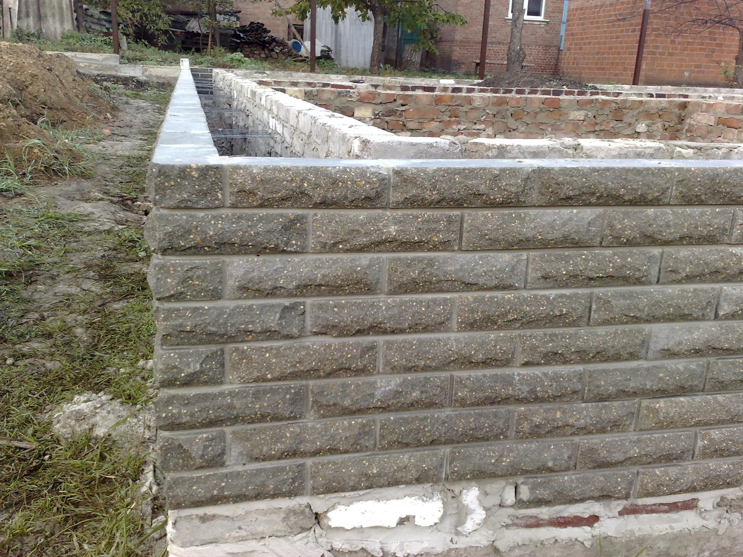 Опорная стена в связке с бетонной подушкой монтаж