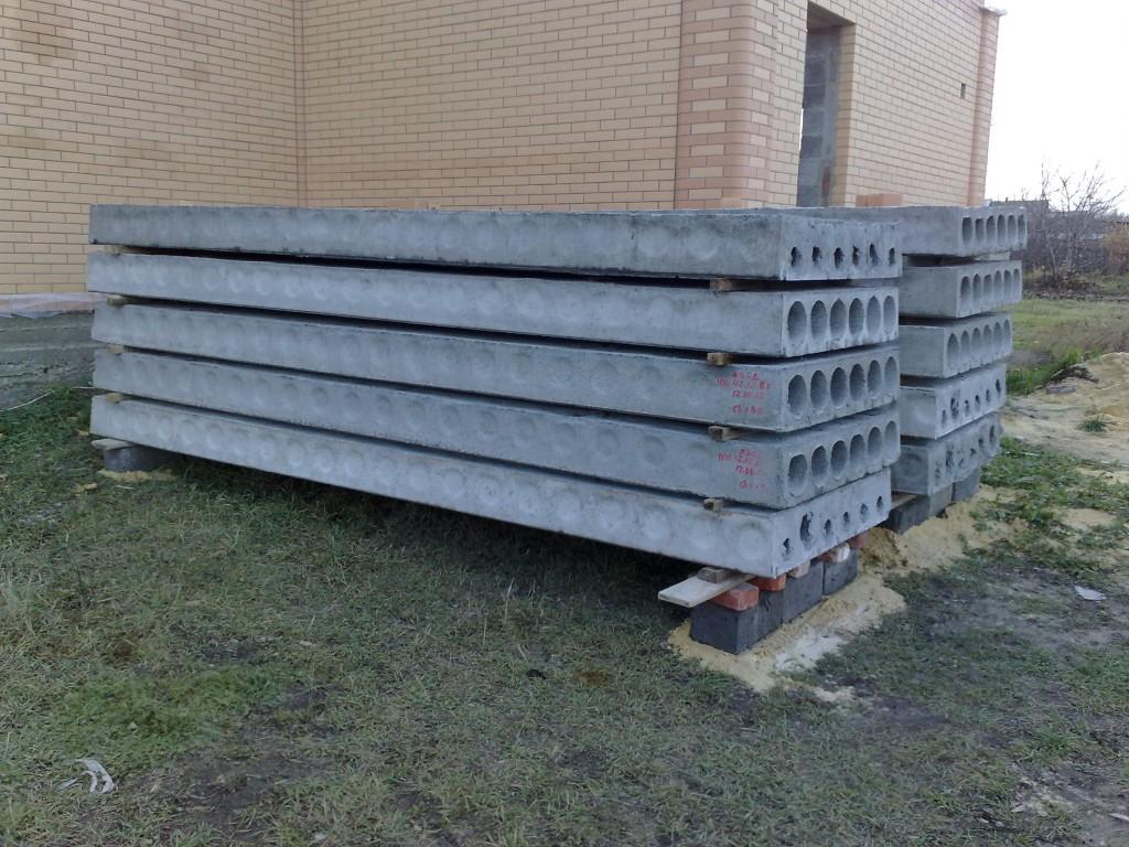 Правильное складирование плит перекрытия.