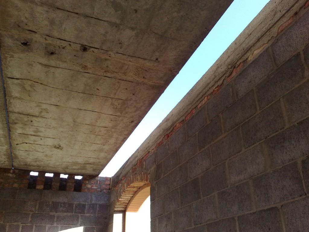 Зазор между плитой и стеной.
