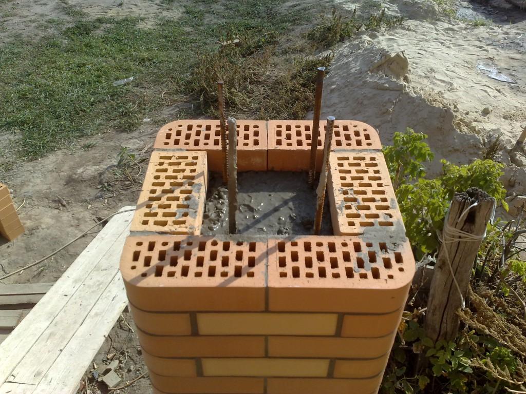Заливаем кирпичные колонны бетоном.
