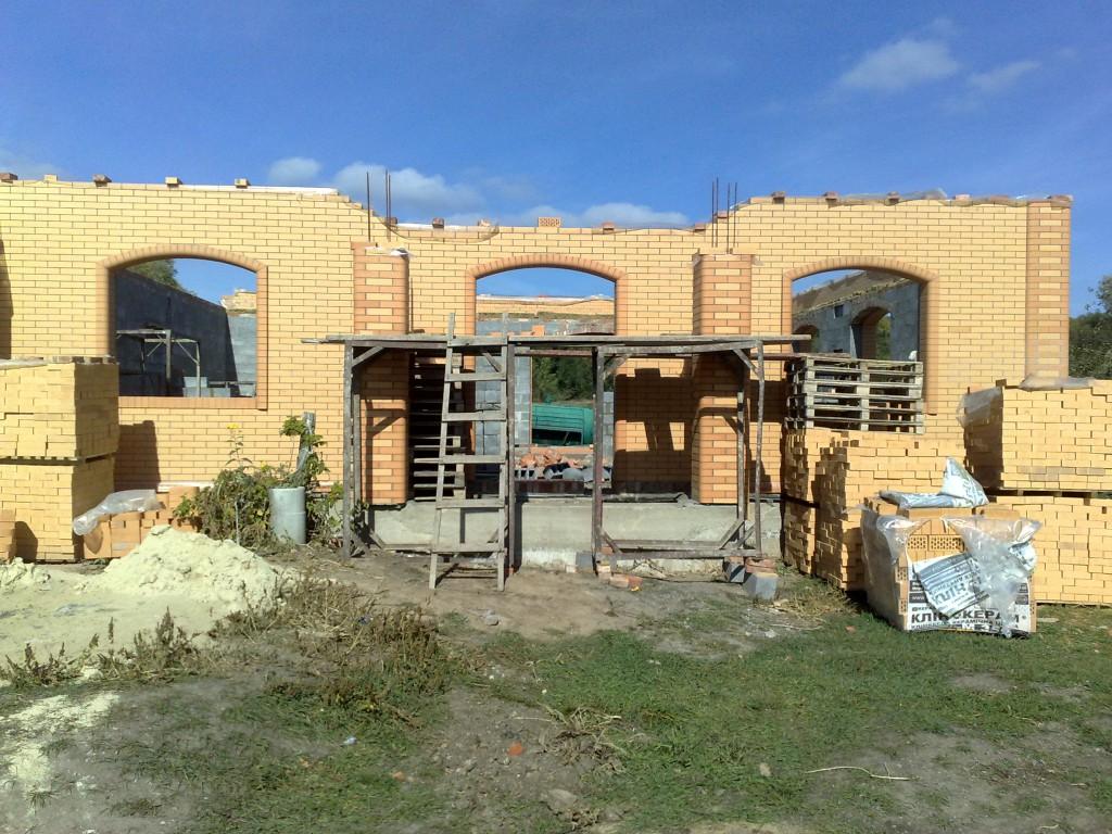 Довязываем арматуру и строим колонны выше.