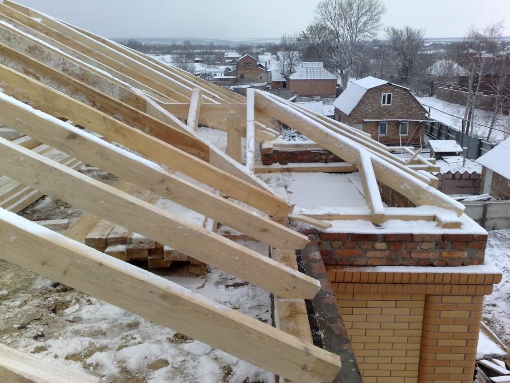 Деревянная крыша над балконом.