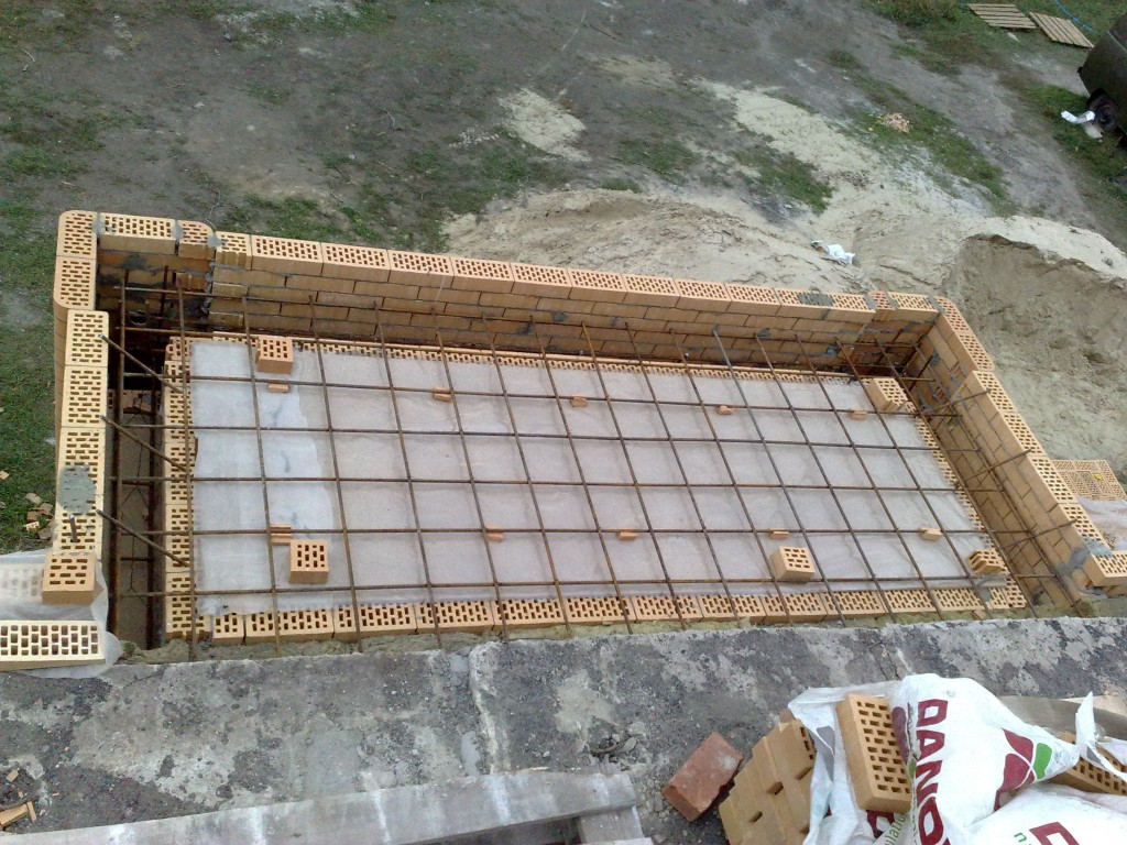 Ставим опалубку под балконную плиту.