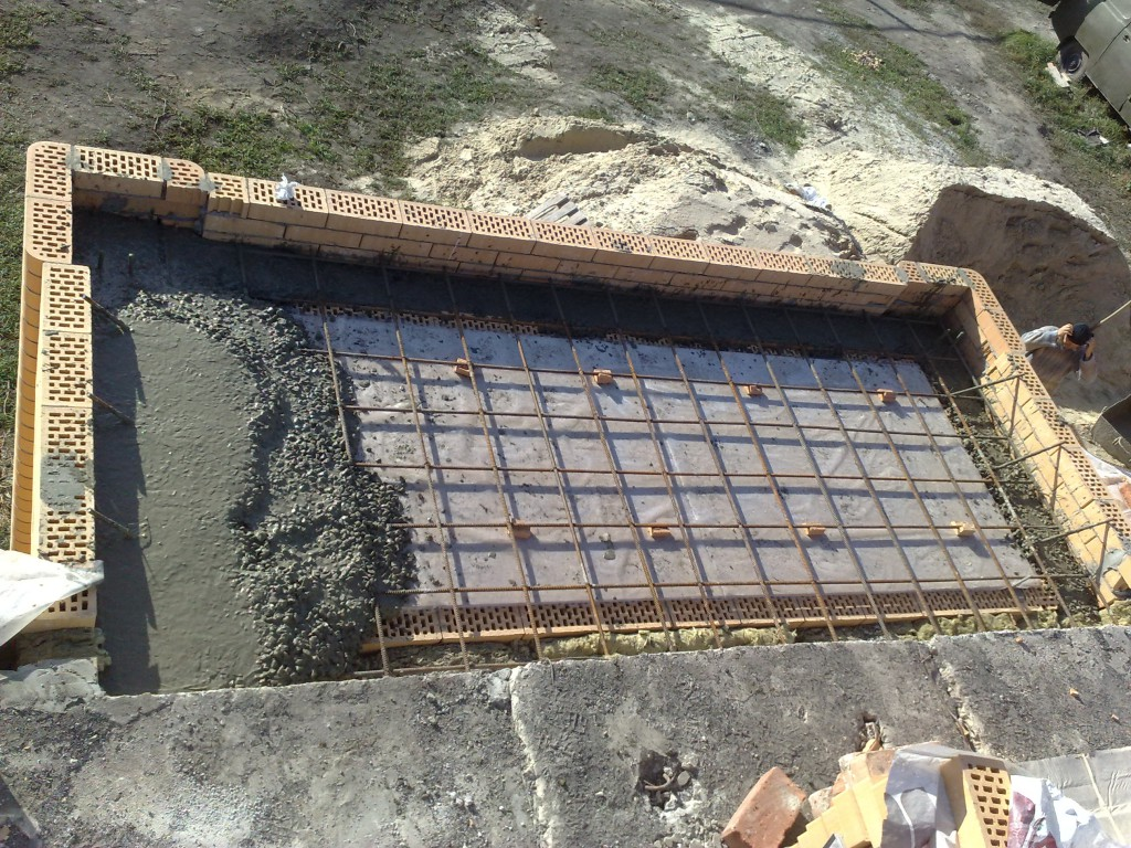 Заливаем балконную плиту бетоном.