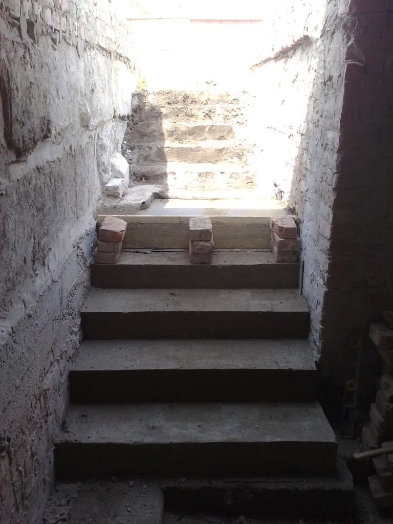 Ступени из бетона, обходим фундаментные блоки.