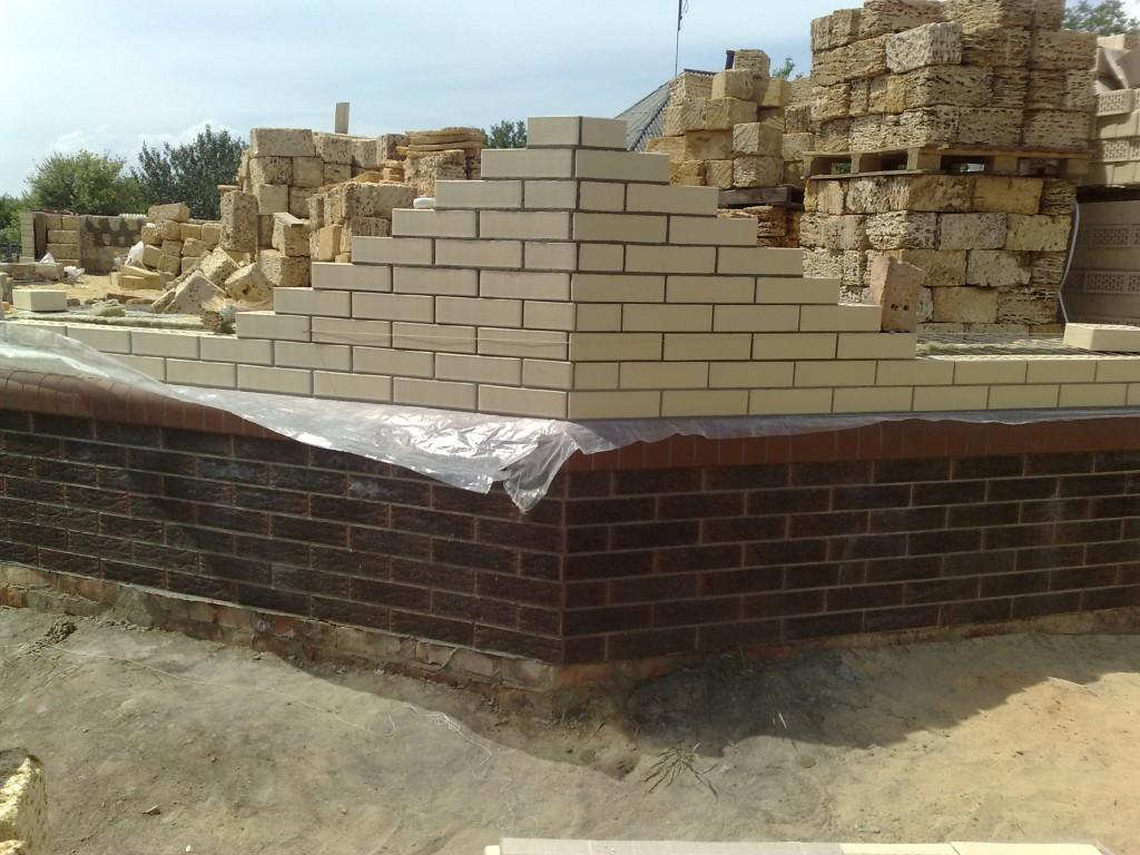 Строим стены дома.