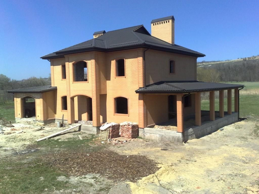 Вид дома со стороны террасы и фасада