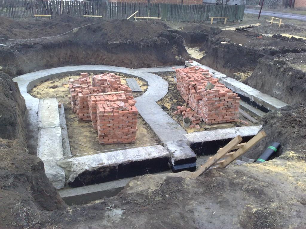 Монтаж фундаментных блоков.