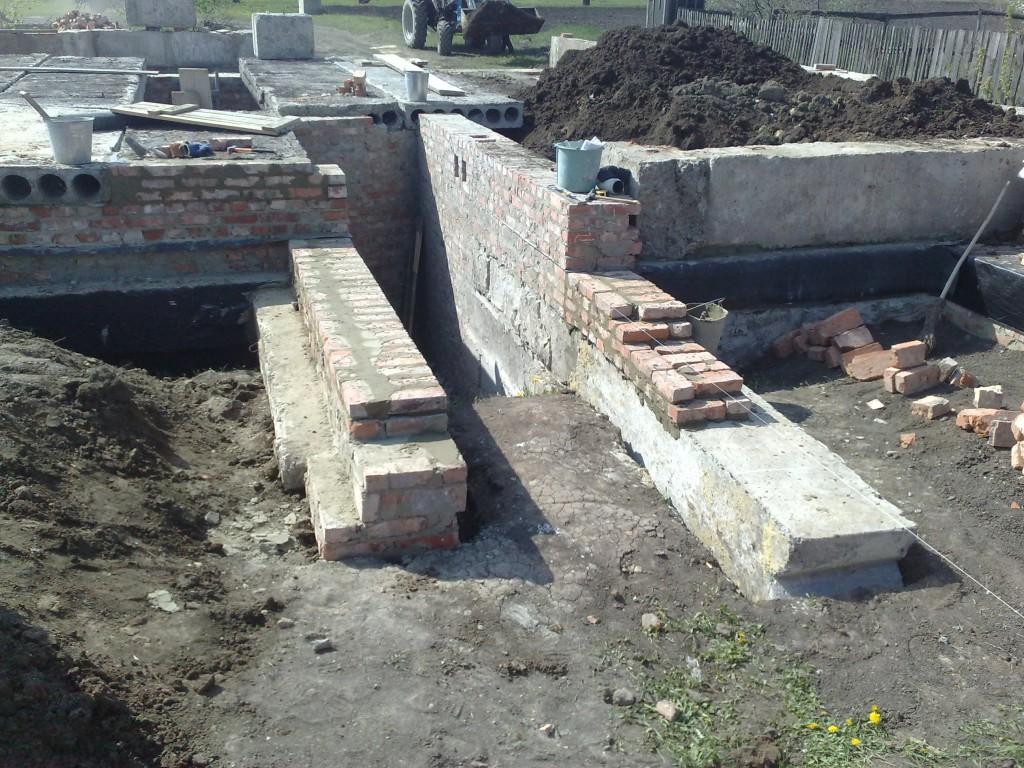 Стены для лестничного марша из фундаментных блоков.