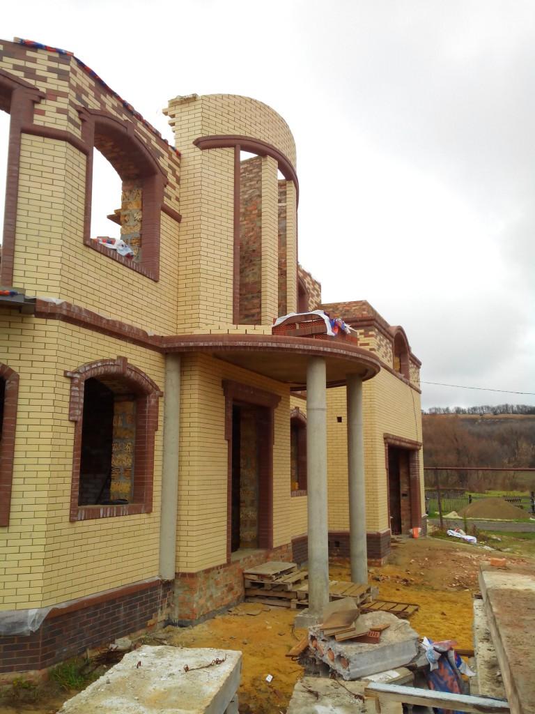 Балкон опирается на колонны.