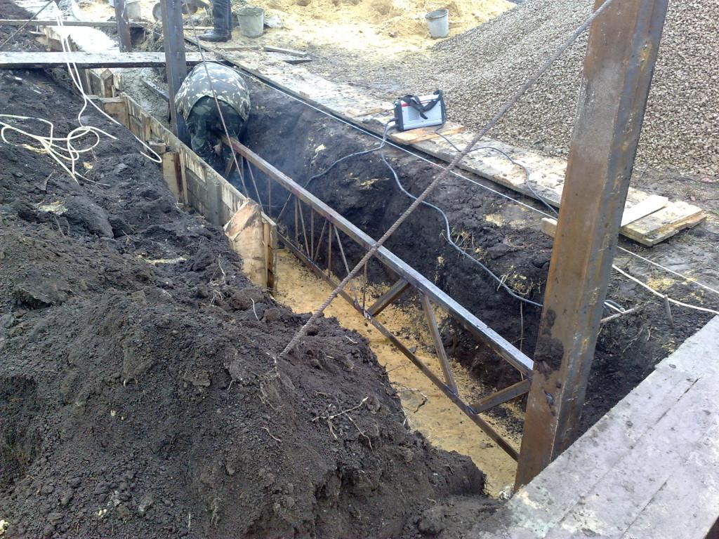 Привариваем ферму между воротами