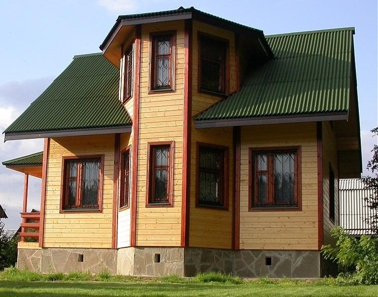 Кровля дома сделана из ондулина.