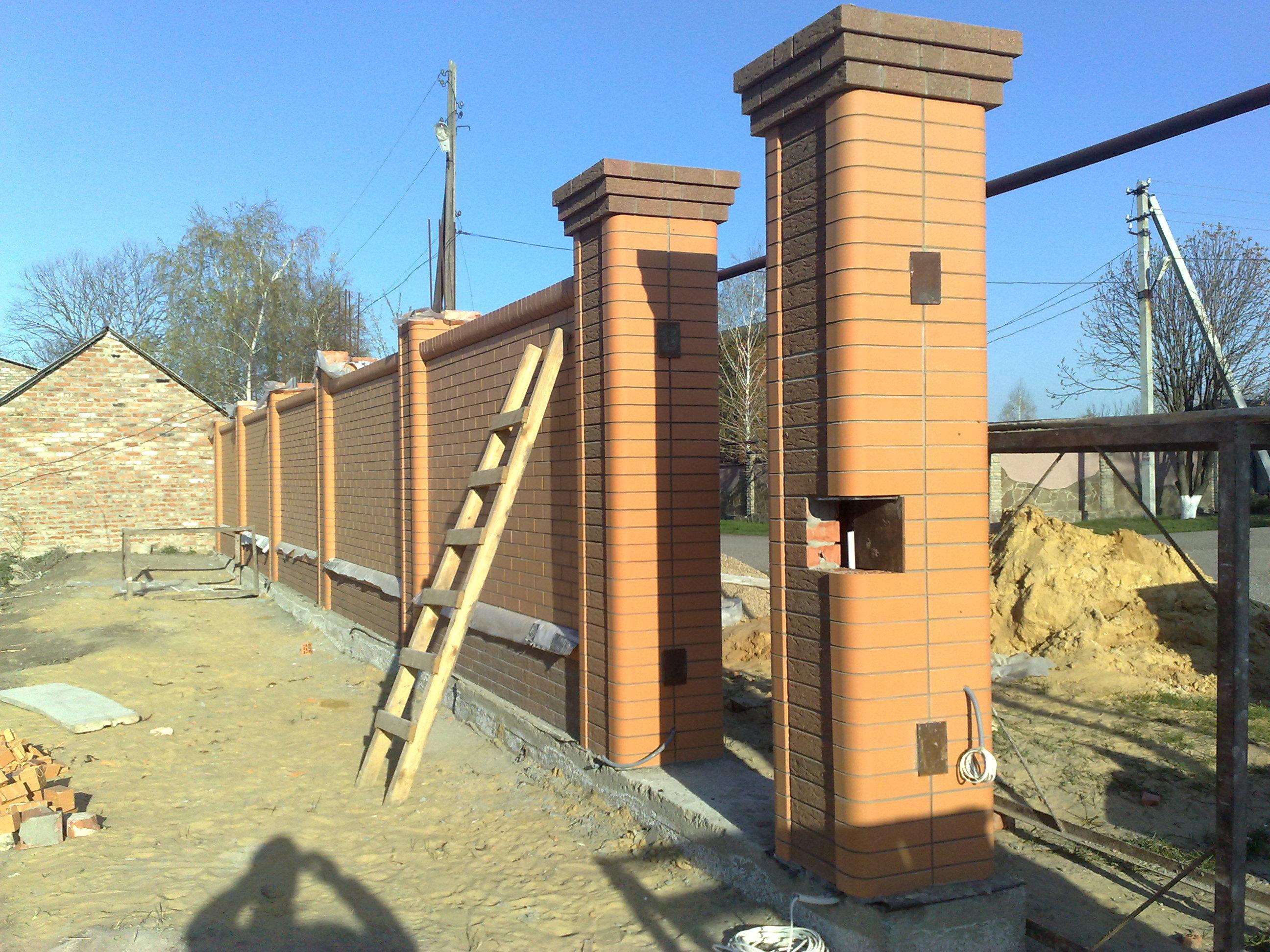 Забор с кирпичными столбиками своими руками фото 25