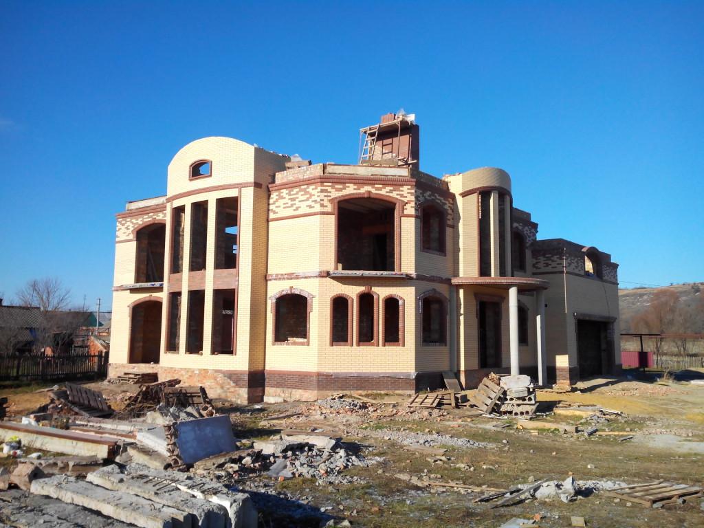 Вид дома с фасада и бок