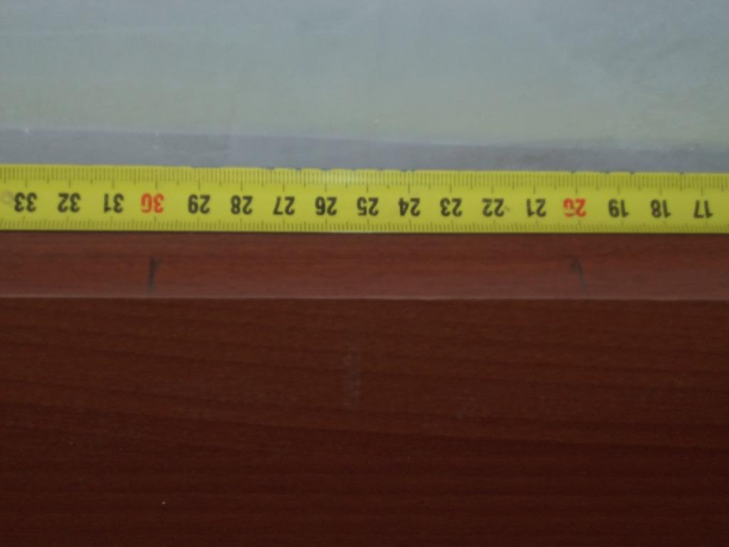 Отмерив от верха и от низа дверного полотна по 200 мм, делаем карандашом отметки.