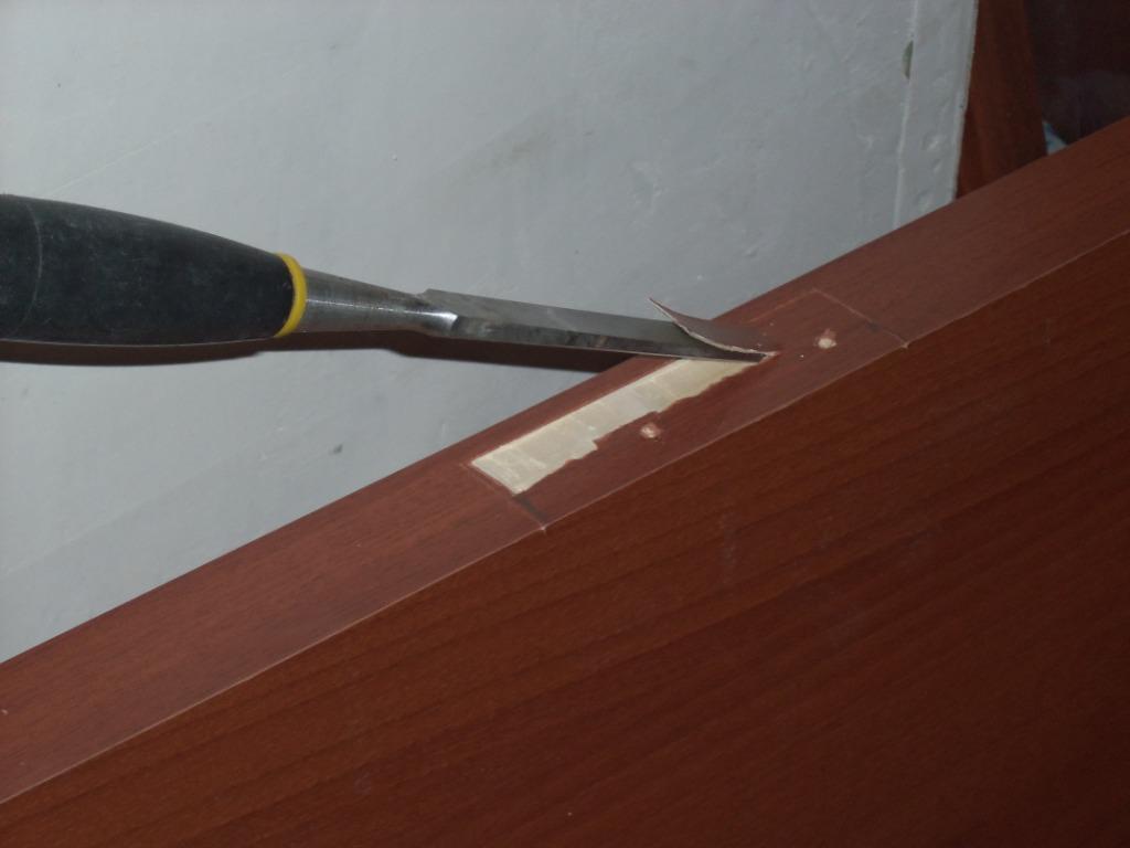 Стамеской делаем выборку под петлю.