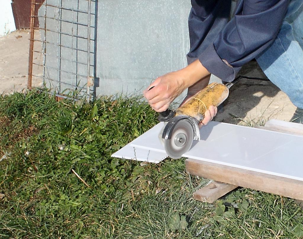 Отрезаем пластиковую вогонку болгаркой