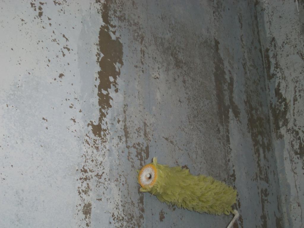 Наносим клей валиком на стену